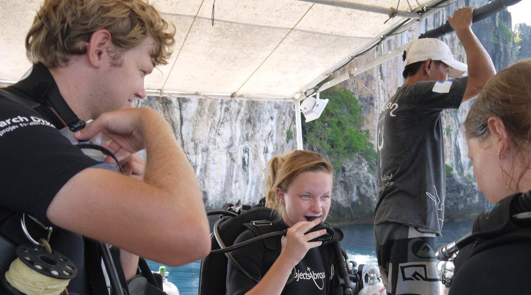 Voluntarios ambientales preparándose para una inmersión submarina en Tailandia.